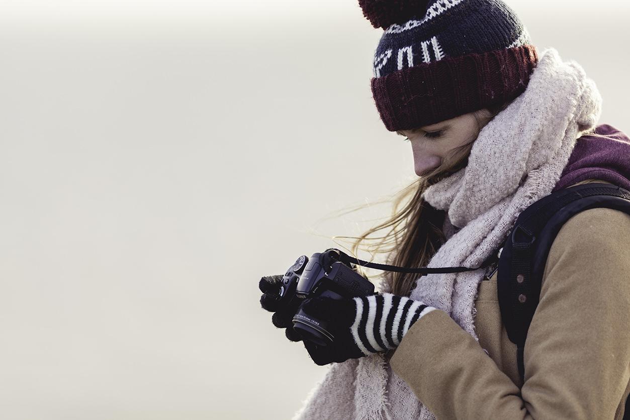 Fotógrafa de viagem com câmera bridge