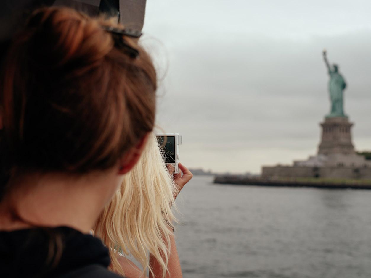 Turista em NY com câmera compacta