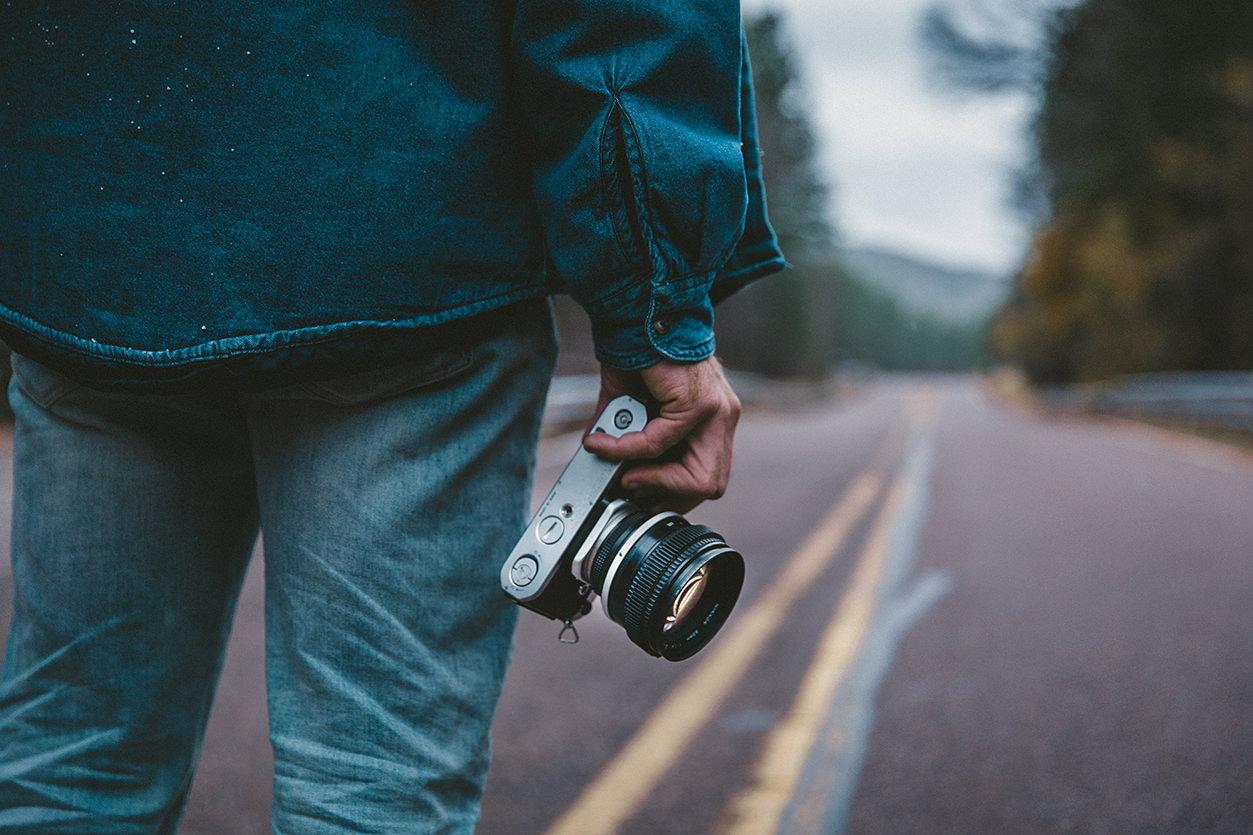 Fotógrafo de viagem com Mirrorless