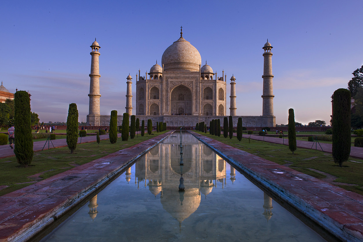 Foto centralizada do Taj Mahal, com reflexo