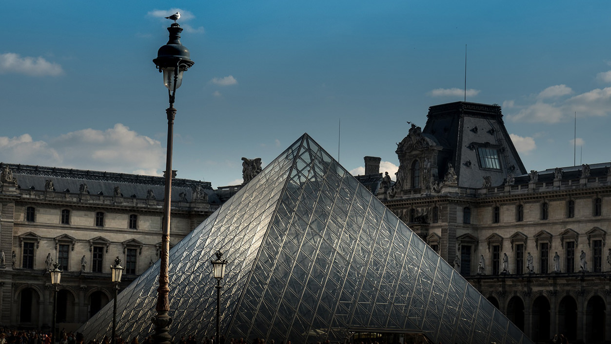 Pirâmide do Louvre centralizada