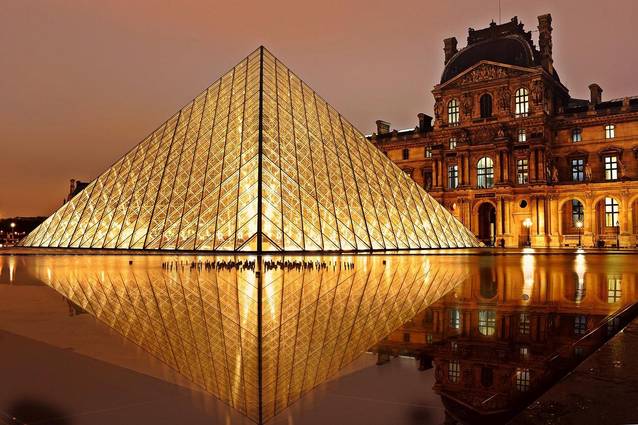 Pirâmide do Louvre descentralizada
