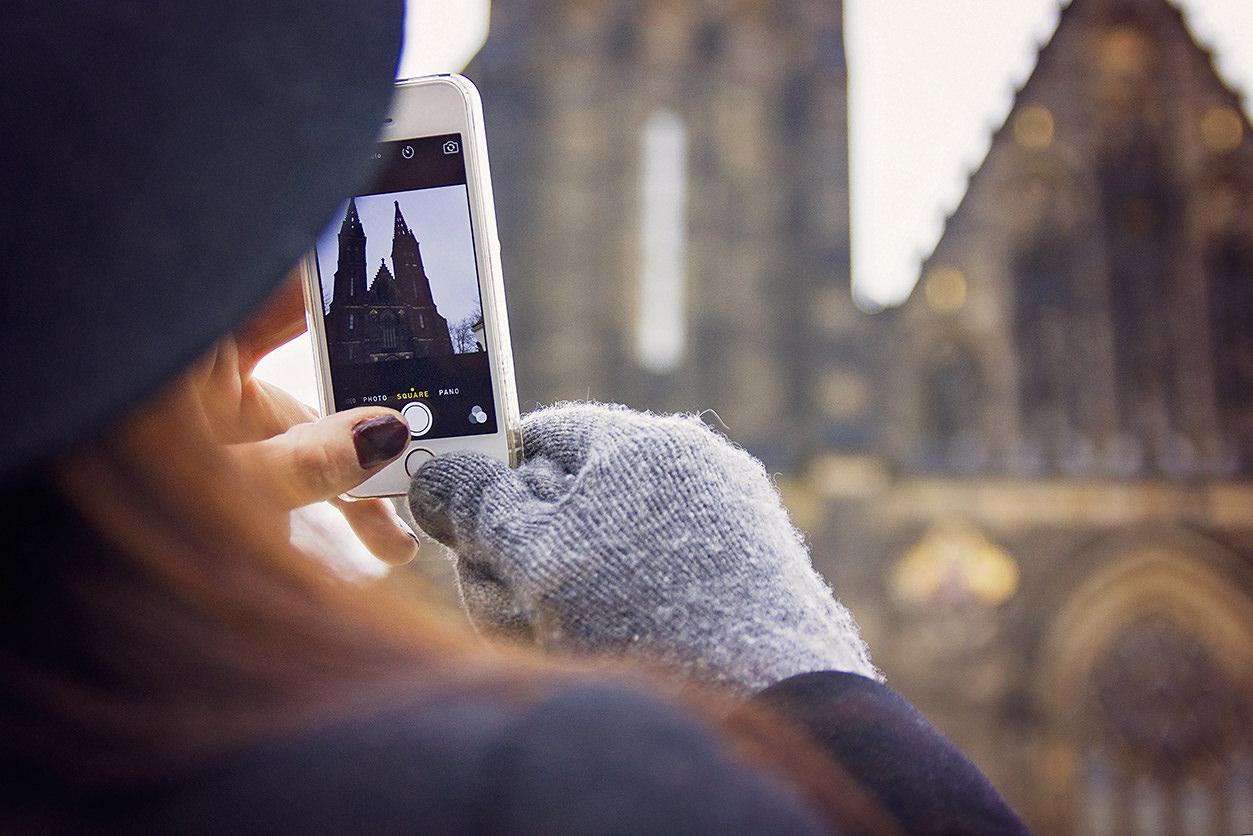 fotografando catedral com smartphone