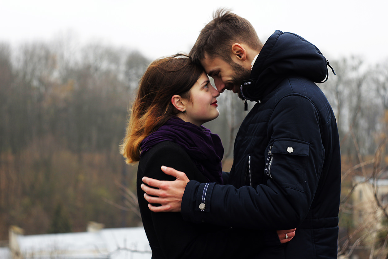 Retrato casal se abraçando