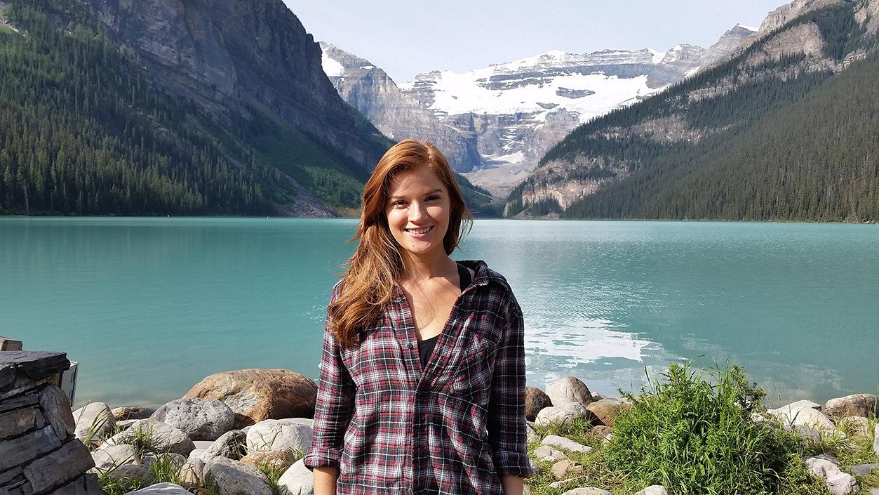 Retrato centralizado de turista, em frente ao Lago Louise, no Canadá.