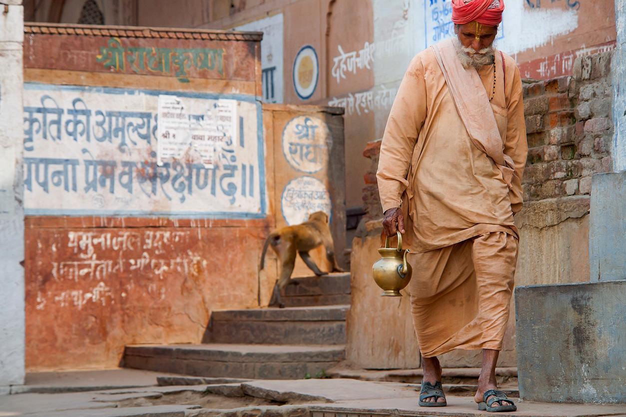 Homem indiano caminhando