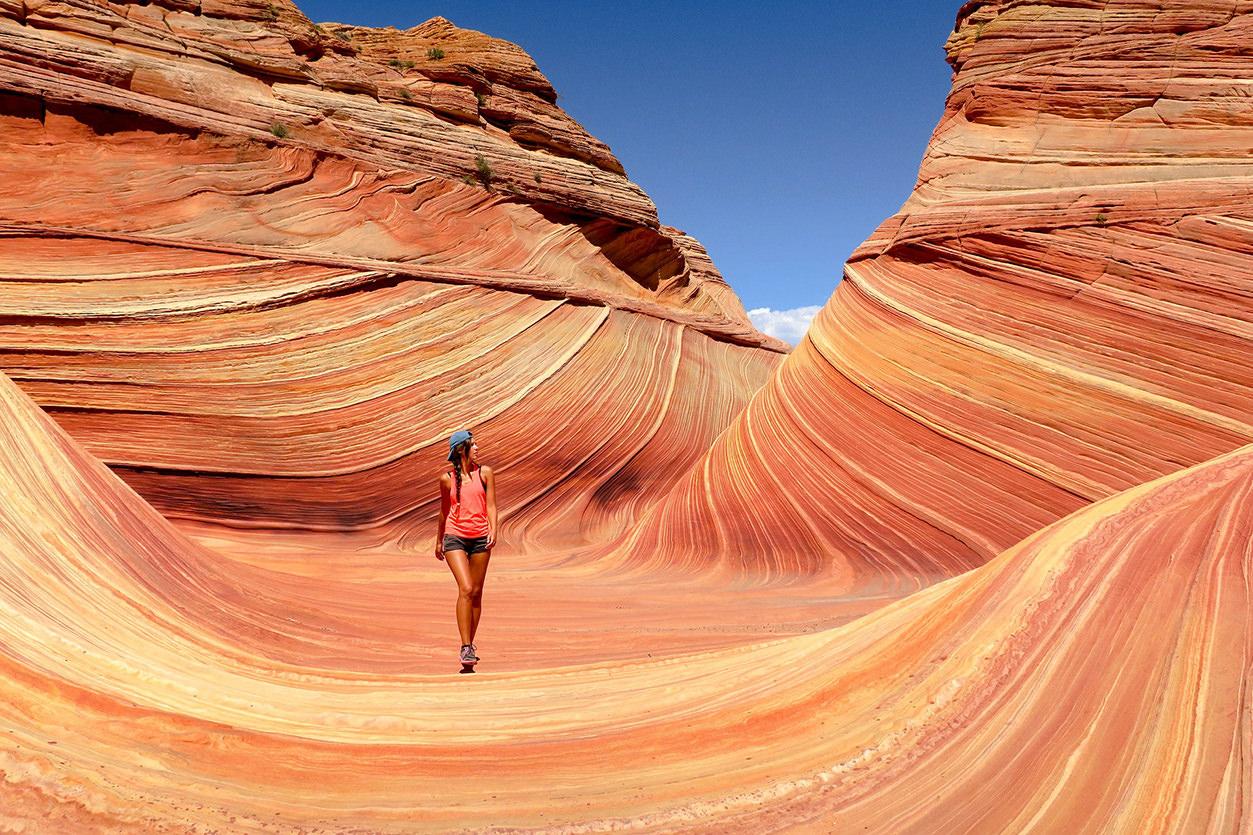 Turista caminhando no antelope Canyon