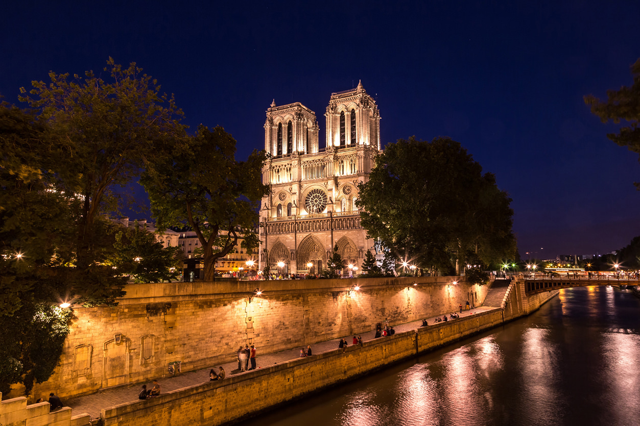 Catedral de Notre Dame em Paris à noite