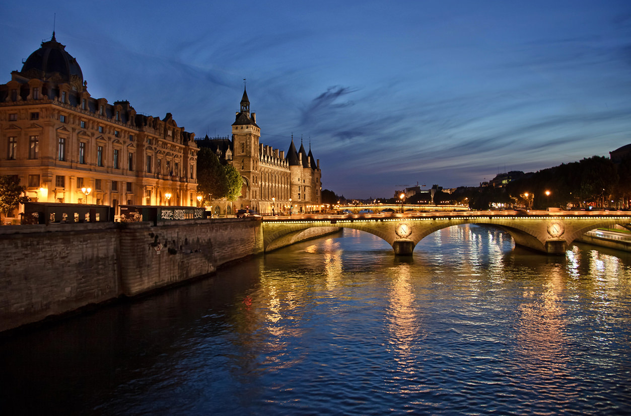 La Conciergerie em Paris à noite