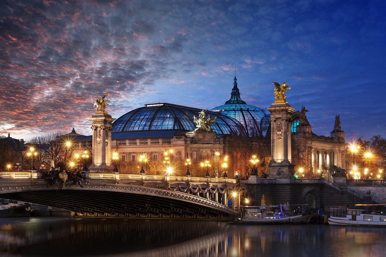 Grand Palais e Pont Alexandre III em Paris à noite