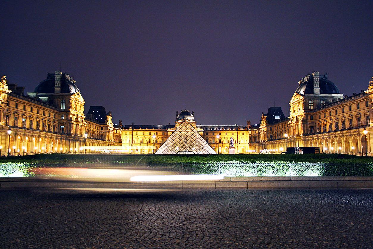 Louvre em Paris à noite