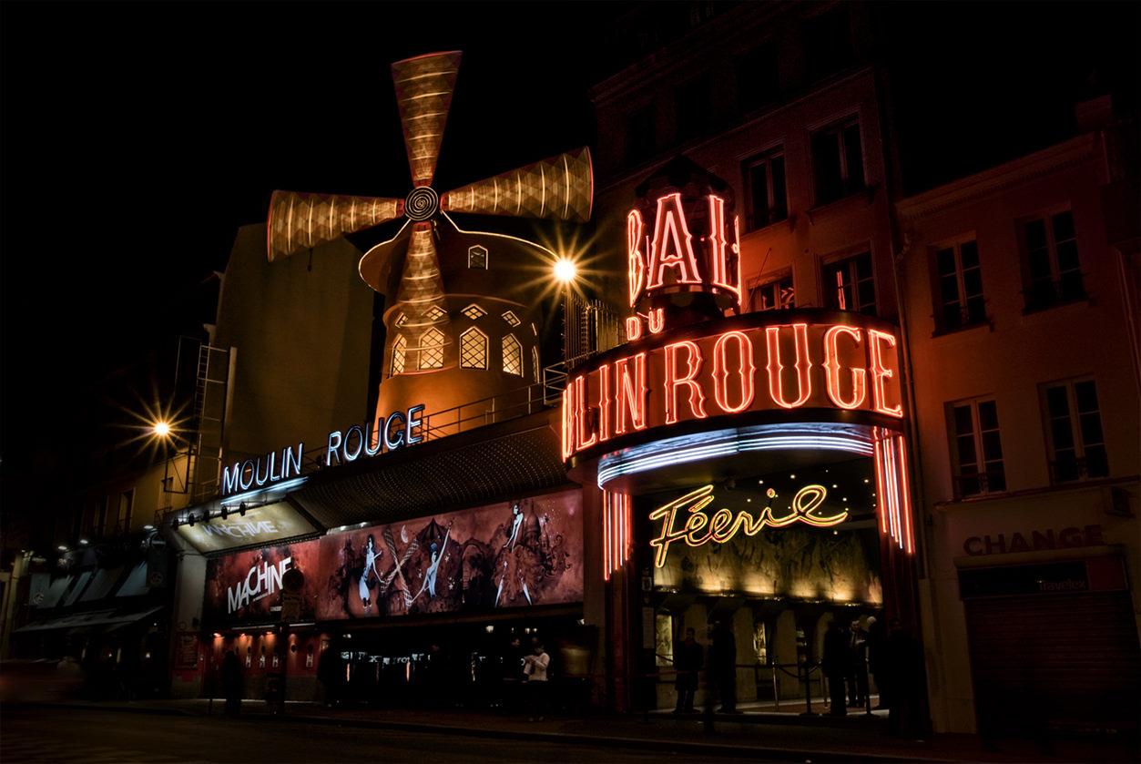 Moulin Rouge em Paris à noite