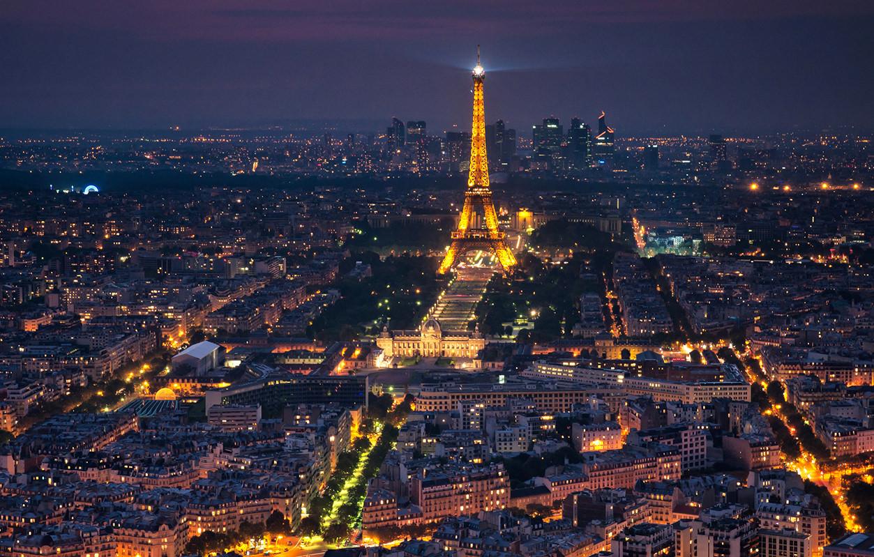 Torre Eiffel em Paris à noite